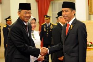 Presiden Jokowi memberikan ucapan selamat kepada Ardan Adiperdana, yang telah dilantiknya sebagai Kepala BPKP, di Istana Negara, Jumat (13/3)