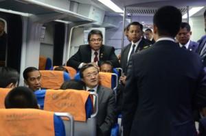 Presiden Jokowi mencoba kerte cepat LRT dari Stasiun Dongzhimen menuju Bandara Beijing, Kamis (26/3)