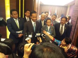 Presiden Jokowi memberikan keterangan hasil pertemuan bilateral dengan PM Belanda Mark Rutte, di Hainan, RRT, Jumat (27/3) malam
