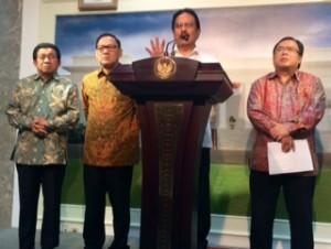 Menko Perekonomian Sofyan Jalil didampingi Menkeu, Gubernur BI, dan Ketua OJK menyampaikan hasil rapat terbatas soal rupiah, di kantor Presiden, Jakarta, Rabu (11/3) petang