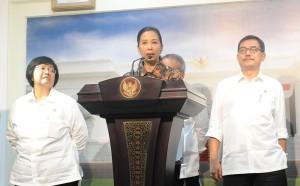 Menteri BUMN Rini Soemarno didampingi Menteri LH dan Kehutanan dan Menteri Agraria saat memberikan keterangan pers, di kantor Presiden, Jakarta, Kamis (5/3)