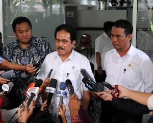 Menko Perekonomian Sofyan Jalil bersama Mendag Rahmat Gobel dan Menteri Pertanian Amran Sulaiman, seusai rapat terbatas di kantor Presiden, Jakarta, Senin (2/3) sore