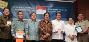 Menko Perekonomian Sofyan Djalil bersama para menteri yang menyerahkan SPT PPh pribadi 2014, di kantor Kemenko Perekonomian, Jakarta, Senin (30/3)