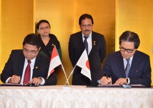 Kepala BKPM Franky Sibarani menandatangani MoU dengan Wakil Jetro, disaksikan Menko Perekonomian Sofyan Djalil dan Menlu Retno Marsudi, di Tokyo, Jepang, Senin (23/3)