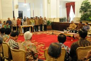 Presiden Jokowi didampingi Wapres Jusuf Kalla menyaksikan penandatangani Deklarasi Penyelamatan SDA, di Istana Negara, Jakarta, Kamis (19/3)