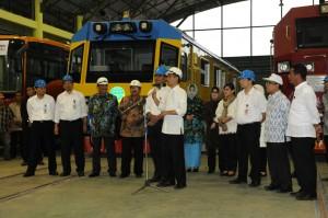 Presiden Jokowi memberikan sambutan dalam peninjauan ke PT INKA, Madiun, Jatim, Jumat (6/3)