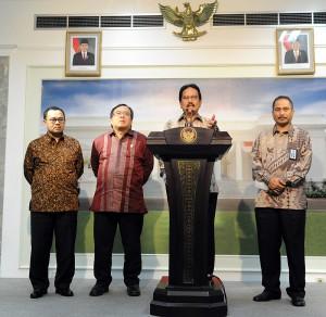 Menko Perekonomian Sofyan Jalil didampingi Menteri Keuangan, Menteri ESDM, dan Menteri Pariwisata mengumkan Paket Kebijakan Ekonomi, di kantor Presiden, Jakarta, Senin (16/3)