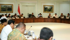 Presiden Jokowi didampingi Wapres Jusuf Kalla memimpin Sidang Kabinet Paripurna, di kantor Presiden, Jakarta, Senin (30/3)