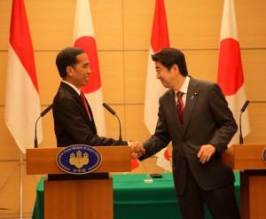 Presiden Jokowi dan PM Shinzo Abe memberikan pernyataan pers bersama, di kantor PM Jepang, Tokyo, Senin (23/3) petang