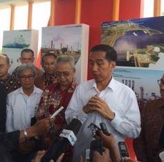 Presiden Jokowi didampingi Gubernur Aceh dan Dirut Pertamina menjawab wartawan seusai mengunjungi LNG Arun, di Lhok Seumawe, Aceh, Senin (9/3)