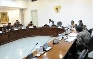 Presiden Jokowi memimpin rapat terbatas kabinet mengenai persiapan penyelenggaraan Asian Games 2018, di kantor Presiden, Jakarta, Kamis (19/3) malam