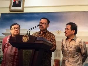 Menteri ESDM Sudirman Said menjelaskan paket kebijakan ekonomi di bidang energi, di kantor Presiden, Jakarta, Senin (16/3)