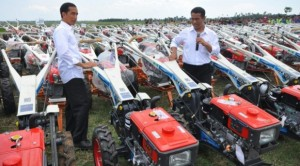 Presiden Jokowi dan Menteri Pertanian Amran Sulaiman di antara ribuan unit traktor