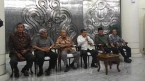 Wapres Jusuf Kalla bersama-sama Tim 9 memberikan keterangan kepada wartawan, di kantor Wapres, Jakarta, Selasa (10/3)