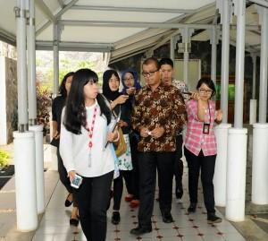 Seskab Andi Widjajanto dicegat wartawan di sela-sela rapat terbatas, di kantor Presiden, Jakarta. Rabu (11/3)