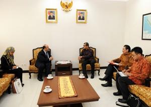 Seskab Andi Widjajanto menerima Dubes Yordania Untuk RI, Hashimiyah Walid Al Hadid, di ruang kerjanya, Gedung Utama Kemensetneg, Jakarta, Rabu (18/3)