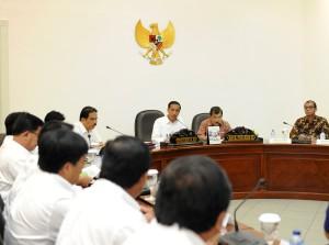Presiden Jokowi saat memimpin rapat terbatas optimalisasi lahan Perhutani, di kantor Presiden, Jakarta, Rabu (11/3)