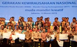 Presiden Jokowi berfoto bersama para pemenang dan finalis Wirausaha Mandiri, di JCC Jakarta, Kamis (12/3)