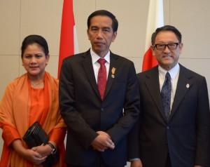 Presiden Jokowi dan Ibu Negara Iriana disambut Presiden Toyota, Akio Toyoda, saat mengunjungi pusat perusahaan tersebut, di Nagoya, Jepang, Rabu (24/3)