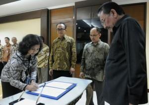 Deputi Bidang Polhukam Seskab Bistok Simbolon menyaksikan penandatangan berita acara pelantikan Sinta Puspitasari sebagai Kabid Hankam, di Gedung III Setneg, Jakarta, Rabu (4/3)