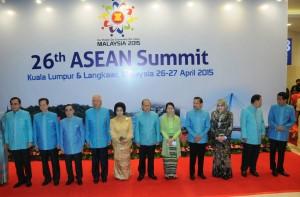 Para pemimpin negara-negara ASEAN berfoto bersama sebelum gala dinner KTT ASEAN, di Kuala Lumpur, Minggu (26/4)