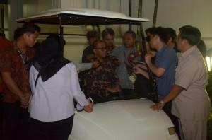 Seskab Andi Widjajanto menjawab wartawan seusai Sidang Kabinet Paripurna, di Istana Negara, Jakarta, Senin (13/4) mala