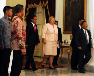 Presiden Jokowi mengantar PM Norwegia Erna Solberg untuk mengikuti pembicaraan bilateral kedua pemerintahan, di Istana Merdeka, Jakarta, Selasa (14/4) sore