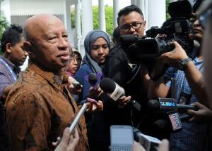 Pengusaha Arifin Panigoro menjawab wartawan seusai diterima Presiden Jokowi, di Istana Kepresidenan, Jakarta, Senin (6/4)