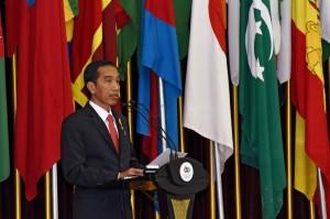 Presiden Jokowi menyampaikan Pidato Puncak Peringatan KAA ke-60, di Gedung Merdeka, Bandung, Jumat (24/4)