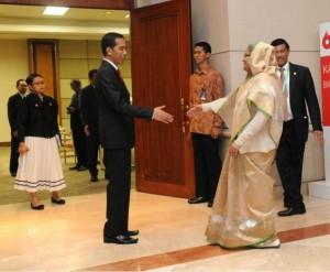 Presiden Jokowi menyambut kedatangan PM Bangladesh Sheikh Hasina sebelum melakukan pembicaraan bilateral, di JCC Jakarta, Kamis (23/4)