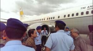 Menlu Retno L.P. Marsudi saat pelepasan Tim Kemanusiaan ke Nepal, di Bandara Halim Perdanakusuma, Jakarta, Rabu (29/4)