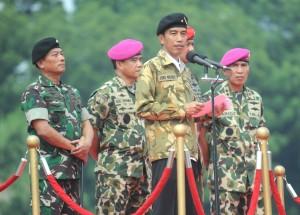 Presiden Jokowi dengan mengenakan seragam TNI dan memakai baret, pada Apel Kebesaran TNI, di Cilangkap, Jakarta, Kamis (16/4)