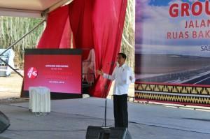 Presiden Jokowi memberikan sambutan pada grounbbreaking tol Trans Sumatera, di Lampung Selatan, Kamis (30/4) pagi