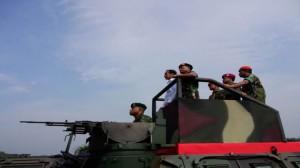 Presiden Jokowi dijemput Panglima TNI Jenderal Moeldoko dengan panser saat menghadiri Upacara Kehormatan, di Mabes TNI Cilangkap, Jakarta, Kamis (16/4) pagi