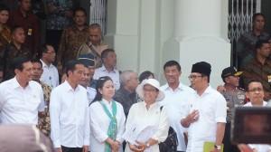 Presiden Jokowi didampingi Menko PMK Puan Maharani, Menlu, dan Kepala Staf Presiden meninjau persiapan peringatan 60 Tahun KAA, di Bandung, Kamis (16/4) siang