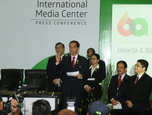 Presiden Jokowi didampingi sejumlah menteri Kabinet Kerja memberikan keterangan pers, di Media Center KAA, Jakarta, Rabu (22/4)