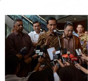 Presiden Jokowi didampingi Dirut PLN dan Menko Maritim memberikan keterangan kepada wartawan, di kantor pusat PLN, Jakarta, Selasa (7/4)