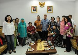 Seskab Andi Widjajanto menerima Ibu Maria Madjid dan kelompok disabilitas, di Gedung Kemensetneg, Jakarta, Jumat (10/4) sore