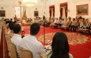 Presiden Jokowi memberikan sambutan dalam pertemuan dengan para eksportir, di Istana Merdeka, Jakarta, Rabu (15/4) sore