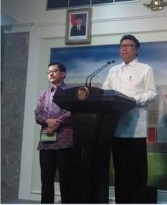 Mendagri Tjahjo Kumolo dan Menteri Agraria Ferry M. Baldan menyampaikan hasil rapat terbatas, di kantor Presiden, Jakarta, Rabu (1/4)