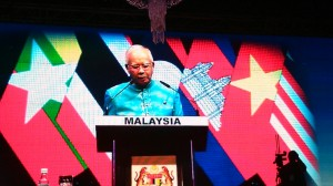 PM Malaysia Najib Razak memberikan sambutan saat acara Gala Dinner KTT ASEAN, di Kuala Lumpur, Minggu (26/4)
