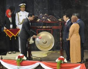 Presiden Jokowi memukul gong tanda dimulainya Konferensi Parlemen Asia Afrika, di Gedung DPR-RI, Jakarta, Kamis (23/4) pagi