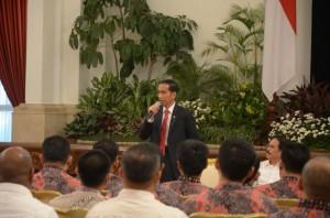 Presiden Jokowi memberikan arahan di depan jajaran Hipmi, di Istana Merdeka, Jakarta, Senin (6/4) sore