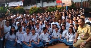 Presiden Jokowi berfoto bersama siswa-siswi SMAN 2 Jakarta, seusai meninjau Ujian Nasional, di sekolah tersebut, Selasa (14/4) pagi