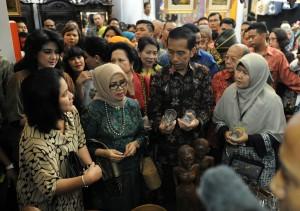 Presiden Jokowi meninjau stand-stand di pembukaan INACRAFT 2015, di JCC Jakarta, Rabu (8/4)