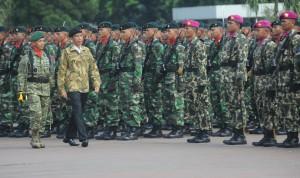 Presiden Jokowi melakukan pemeriksaan prajurit TNI, saat Apel Kebesaran, di Mabes TNI, Cilangkap, Jakarta, Kamis (16/4)