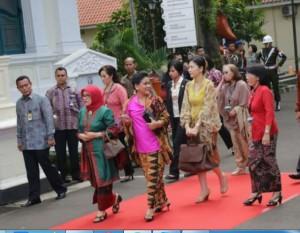 Ibu Negara Iriana Widodo didampingi Ibu Mufidah Jusuf Kalla mengajak istri delegasi KAA Ke-60 mengunjungi Musium Tekstil, Jakarta, Rabu (22/4)
