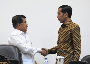 Presiden Jokowi dan Wakil Presiden Jusuf Kalla sebelum memulai rapat terbatas, di kantor Presiden, Jakarta, Selasa (7/4)