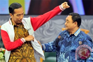 Presiden Jokowi bersama Ketua PWI Pusat Margiono pada acara Silaturahmi Pers Nasional, di Auditorium TVRI, Jakarta, Senin (27/4) malam