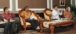 Menteri PAN-RB Yuddy Chrisnandi menjelaskan aturan rapat di luar kantor, di kantor Kementerian PAN-RB, Jakarta, Rabu (1/4)
